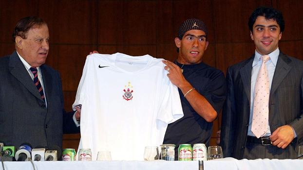 Alberto Dualib e Kia Joorabchian na apresentação de Tevez no Corinthians, em 2005