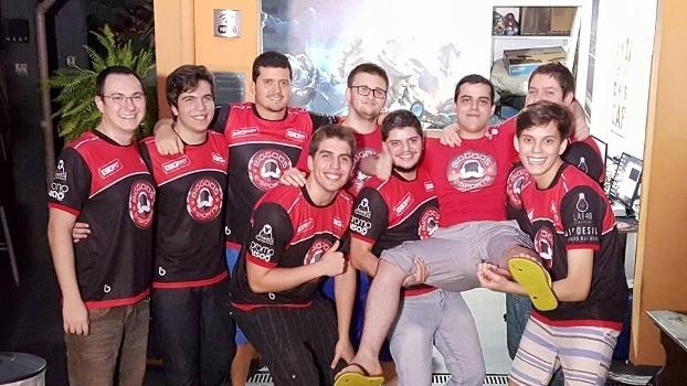 Jogadores da Big Gods com integrantes da organização em sua nova gaming house