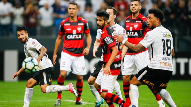 Clayson vê a bola sair pela linha de fundo em boa chance criada pelo Corinthians