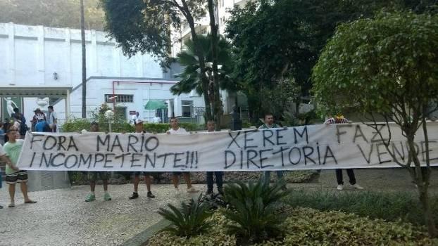 Torcedores exibiram faixas e criticaram a diretoria do Tricolor