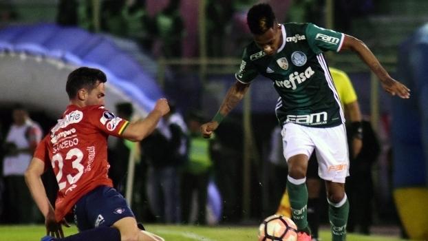 Tchê Tchê encara Saucedo na derrota do Palmeiras por 3 a 2 na Bolívia f9b1b13ae3352