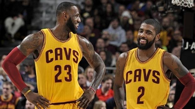 LeBron James e Kyrie Irving durante a vitória dos Cavaliers sobre os Mavericks