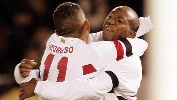 Mineiro comemora com Amoroso o gol no Mundial de 2005