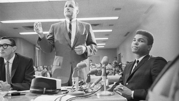 Muhammad Ali e seu advogado, John Crvaritch, durante audiência na Califórnia