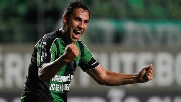 Robertinho comemora o primeiro gol do América-MG na partida