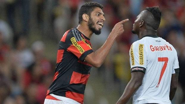 Wallace e Riascos discutem durante o clássico realizado no Maracanã