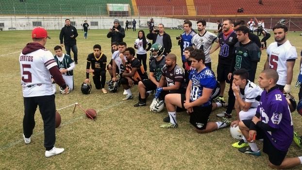 Cairo Santos explica suas técnicas para os kickers em clínica no Brasil