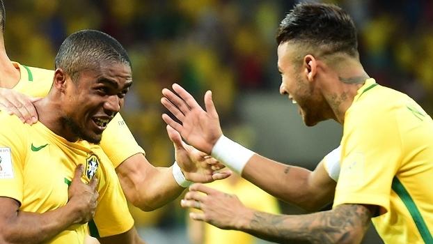 Douglas Costa e Neymar comemoram gol da seleção brasileira
