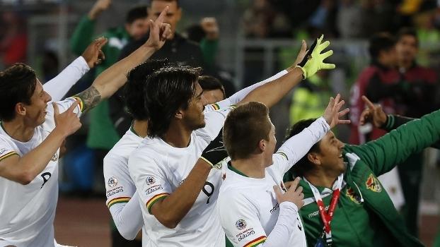 Marcelo Moreno (centro) comemora gol da Bolívia contra o Equador