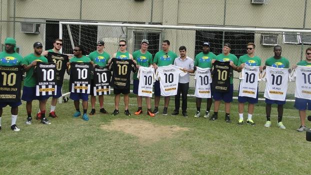 33c98aafe6811 Jogadores da NFL visitam o Botafogo e ganham camisas personalizadas ...
