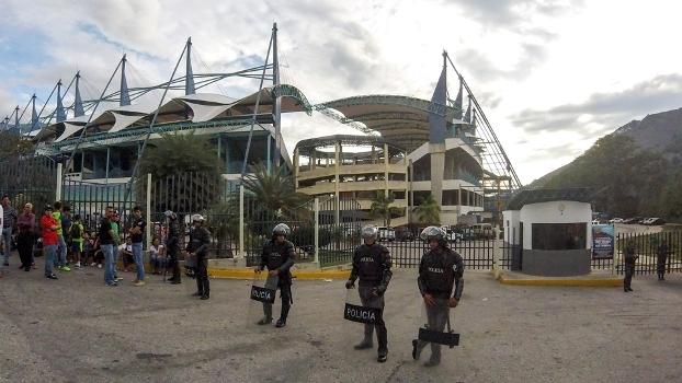 Policiais ao redor do Estádio Metropolitano de Mérida