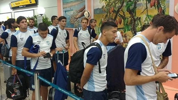 Jogadores do Atlético Tucumán no embarque para o Equador