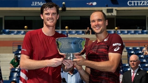 Jamie Murray e Bruno Soares com a taça do US Open