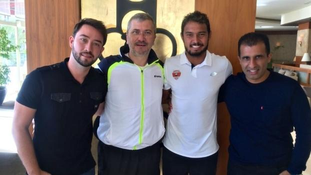 Vinícius (primeiro da direita para esquerda) ao lado do estafe do Adanaspor