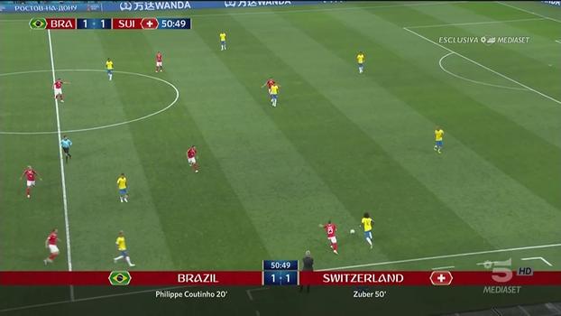 7b413e956 Marcelo com a bola e a Suíça travando todas as opções de passes para a  frente