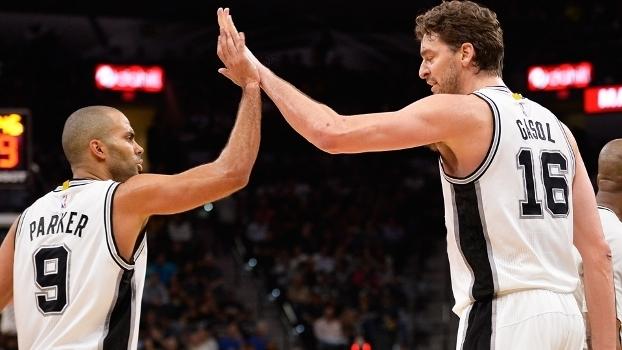 Tony Parker Pau Gasol Comemoram Spurs Lakers NBA 12/01/2017