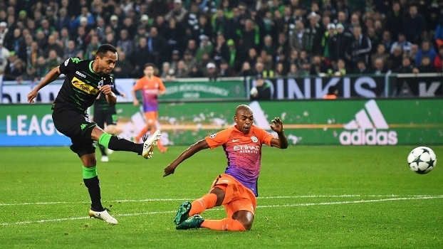 Raffael, do Mönchengladbach, chuta para marcar contra o Manchester City