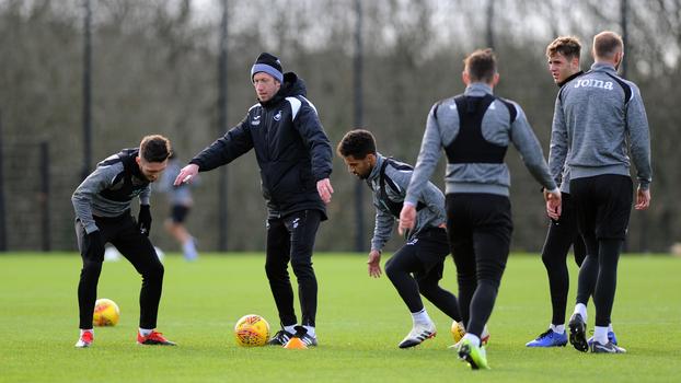 Potter faz trabalho com jogadores do Swansea em treino 4e7cbae4c46e5