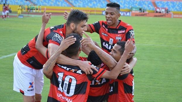 Jogadores do Atlético-GO comemoram gol da vitória sobre o Coritiba