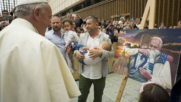 Papa Francisco recebe quadro de presente de dirigentes esportivos da Lazio