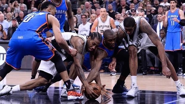 Kawhi Leonard e LaMarcus Aldridge brigam por rebote em derrota dos Spurs para o Thunder