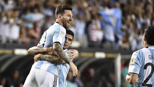 Messi é celebrado pelos companheiros em vitória da Argentina sobre o Panamá