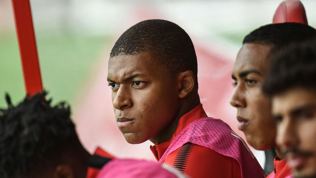 Mbappé fica no banco, Moutinho assiste e Falcao faz