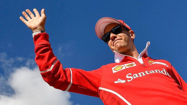 Sebastian Vettel acena para o público em Hungaroring