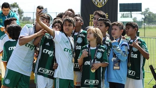 Garotos do time sub-11 do Palmeiras comemoram o título do Estadual
