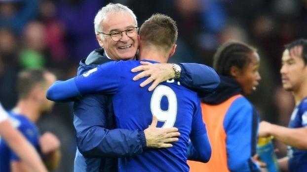 Ranieri abraça Vardy: parceria entre técnico e elenco foi harmoniosa do início ao fim