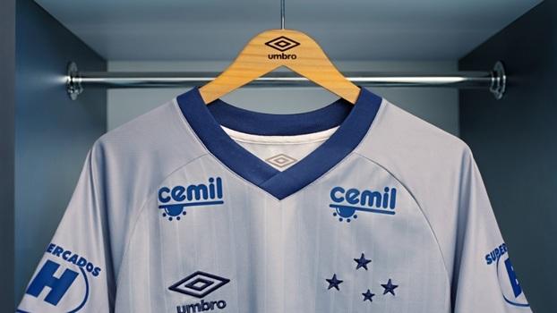 fcf8ea2dc3470  Cor de troféu   Cruzeiro apresenta nova camisa 3 prateada