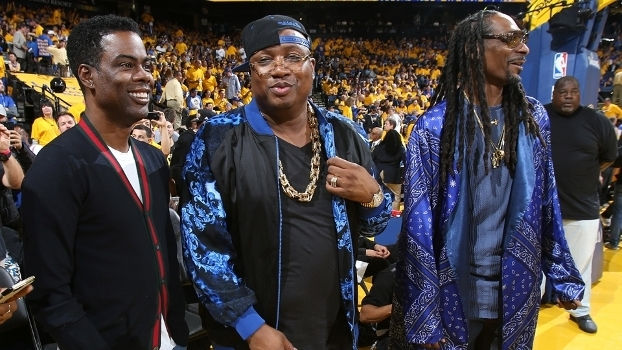 Chris Rock, E40 e Snoop Dog com o pé na quadra no jogo 5, que deu o título aos Warriors
