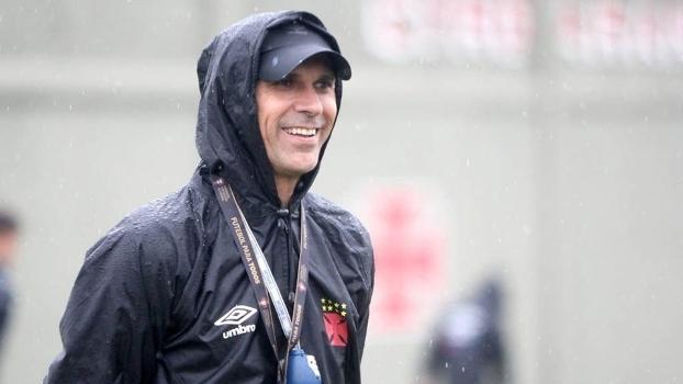 O técnico Milton Mendes acompanha treino do Vasco