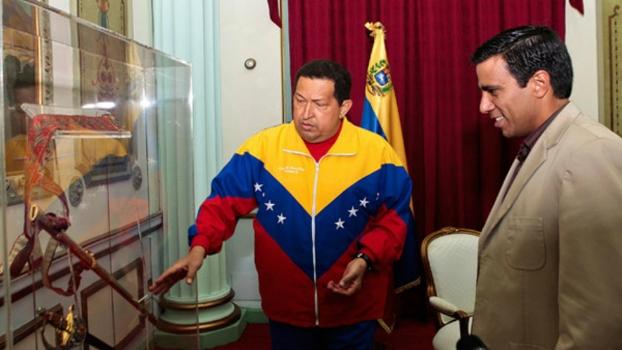Hugo Chávez apresenta a espada de Simón Bolívar a Cesar Farías