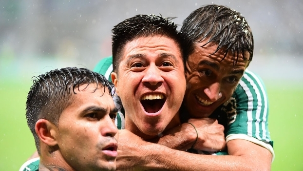 Cristaldo é abraçado por companheiros de Palmeiras após marcar sobre o Rosario