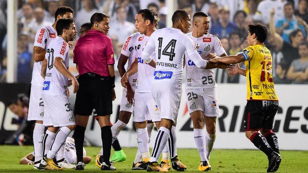 Jogadores do Santos discutem com o árbitro, na Vila Belmiro
