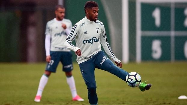 Michel Bastos pode voltar a atuar na lateral esquerda do Palmeiras
