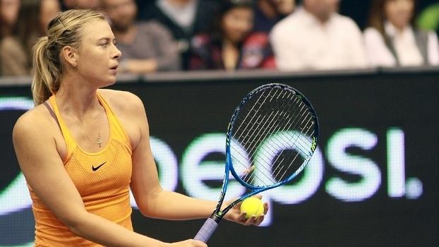 Maria Sharapova em jogo-exibição contra Monica Puig, em Porto Rico
