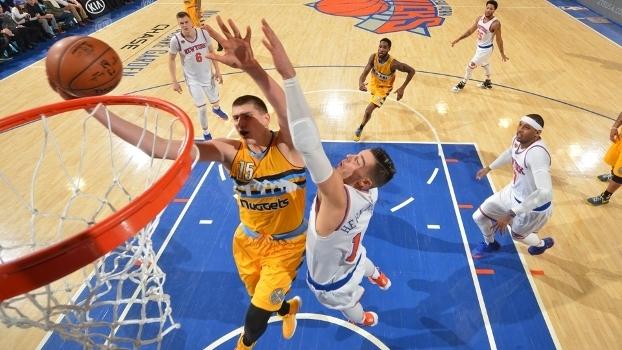 Jokic tenta dois dos 40 pontos que marcou sobre os Knicks