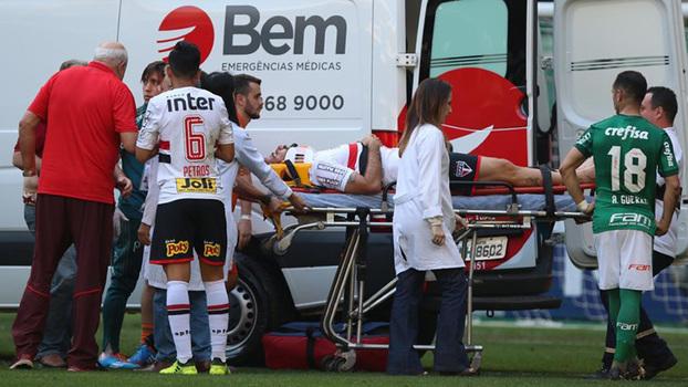 Pratto é deslocado até a ambulância após sofrer pancada na cabeça