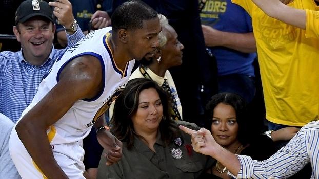 O olhar matador de Rihanna para Kevin Durant no jogo 1 das Finais da NBA