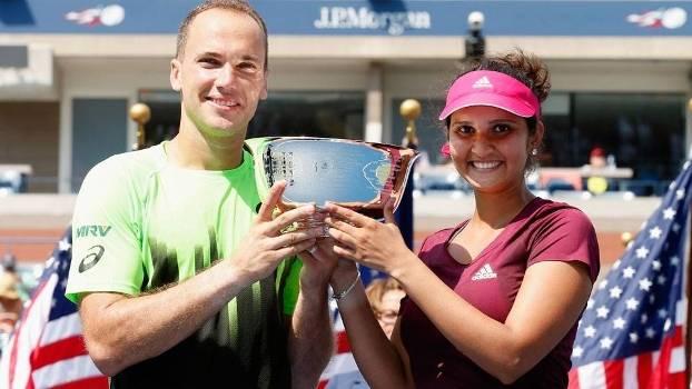 Bruno Soares e Sania Mirza com a taça em duplas mistas do US Open de 2014