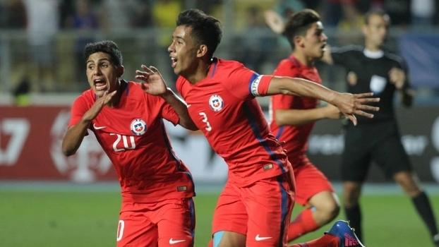 O zagueiro Lucas Alarcón comemora gol pela seleção chilena
