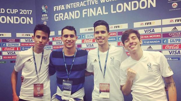 Os jogadores posam junto com Thiago Milhazes, agente da carreira de Rafifa13 e Lucasrep98.