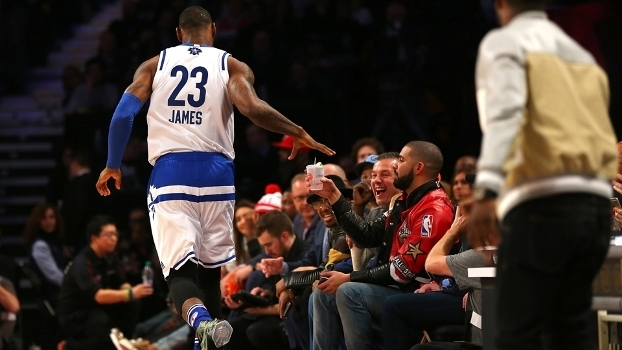 LeBron 'rouba' o drink de Kevin Hart e dá para Drake: nenhum rapper gosta mais do courtside do que ele no All-Star Game de 2016