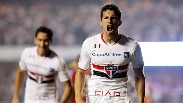 Calleri comemora gol do São Paulo no jogo contra o River Plate