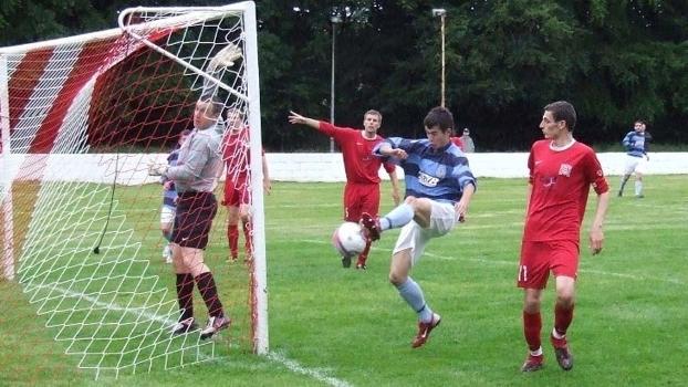 O Banks o'Dee FC lidera a liga regional. Nessa imagem, um incrível gol perdido pela equipe.