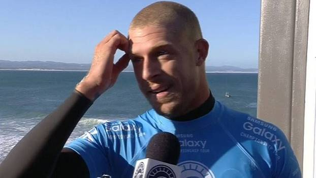 Mick Fanning fala sobre momentos de tensão com tubarões: 'Parecia que tinha levado socos'