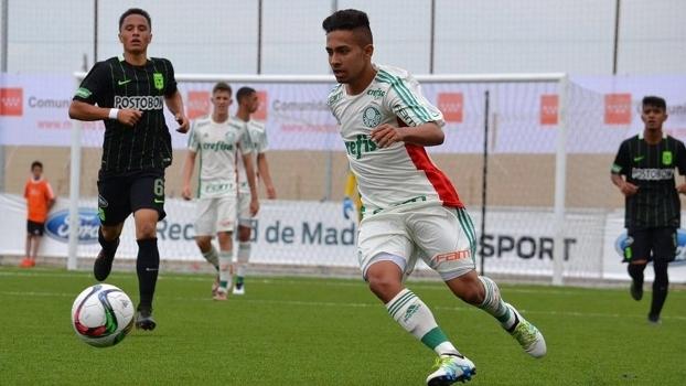 Em reunião, Real Madrid manifesta interesse em promessa do Palmeiras que veste a 10 no clube e na seleção