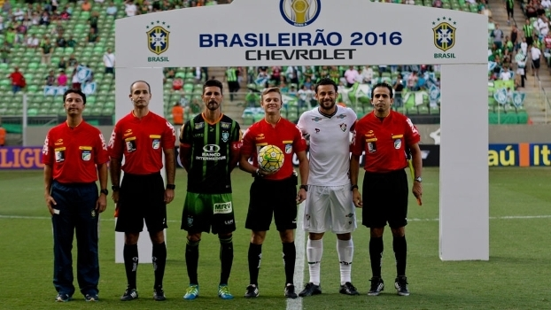 Capitães de América-MG (Leandro Guerreiro) e Fluminense (Fred) antes do ff53a7d64f817